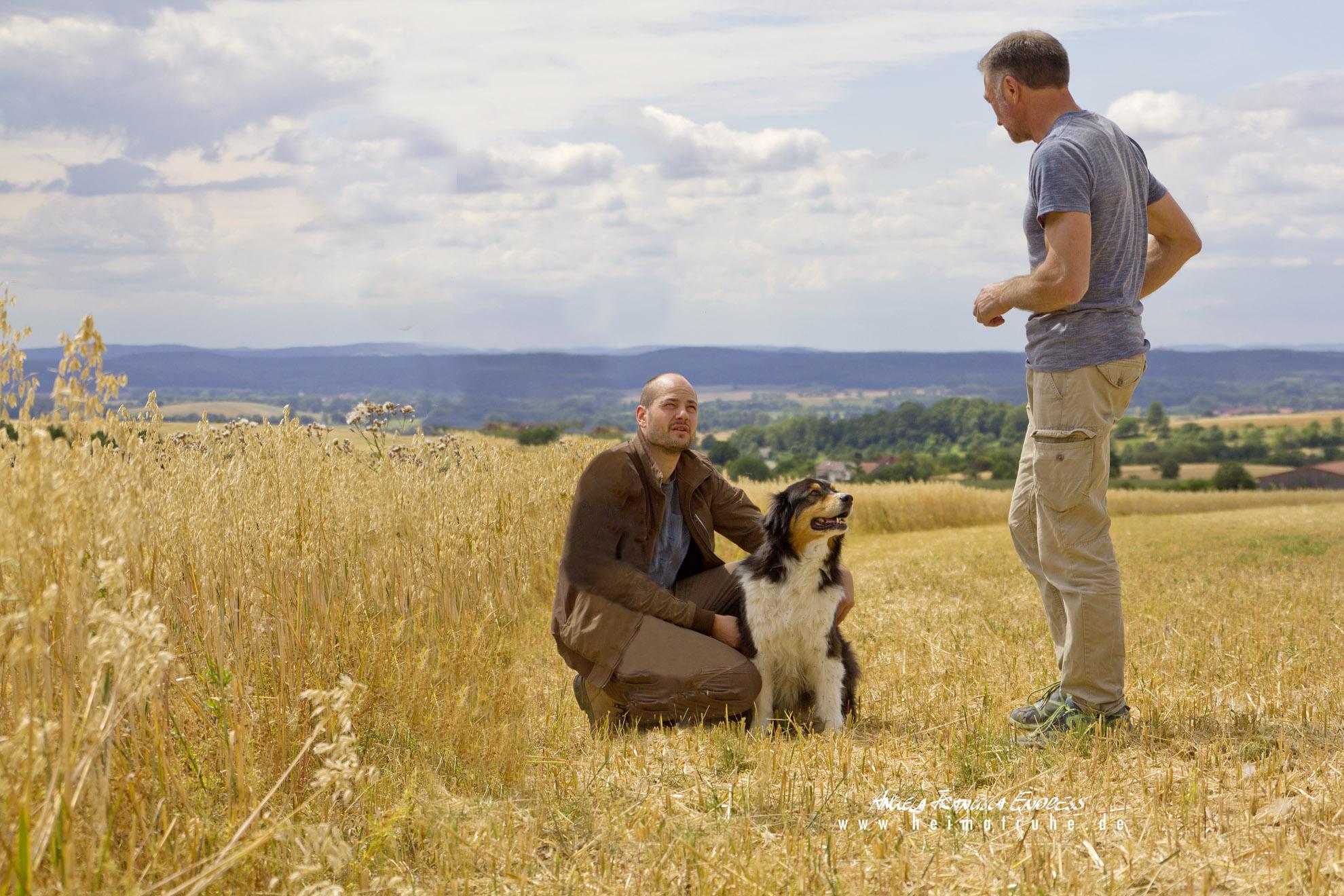 Robin und Gerd Jugenheimer (von links), Sohn und Vater, auf dem halb abgeernteten Feld mit der Schwarzen Linse und Hund Ludo