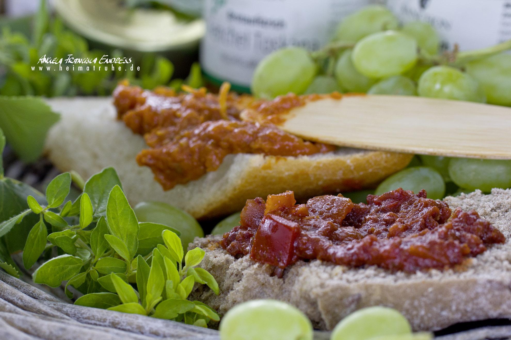 Brotaufstrich auf Beguettscheibe und Semmel, Trauben, Kräuter