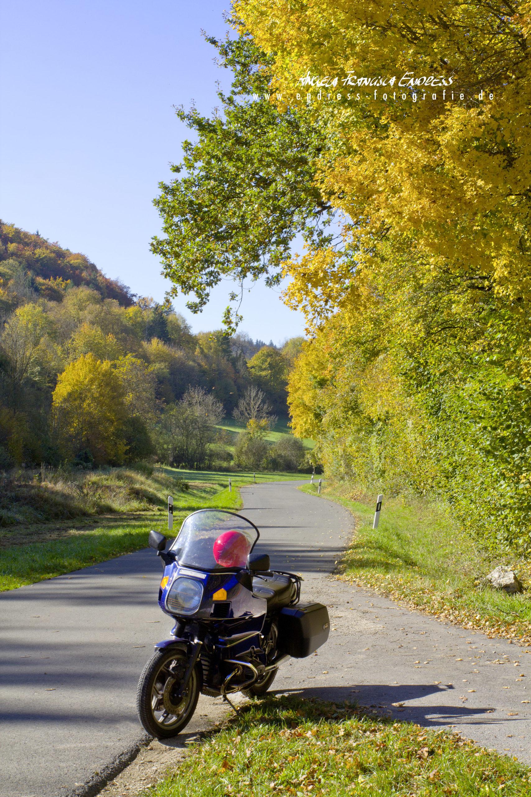 BMW 1000RT Motorrad in Herbstlandschaft