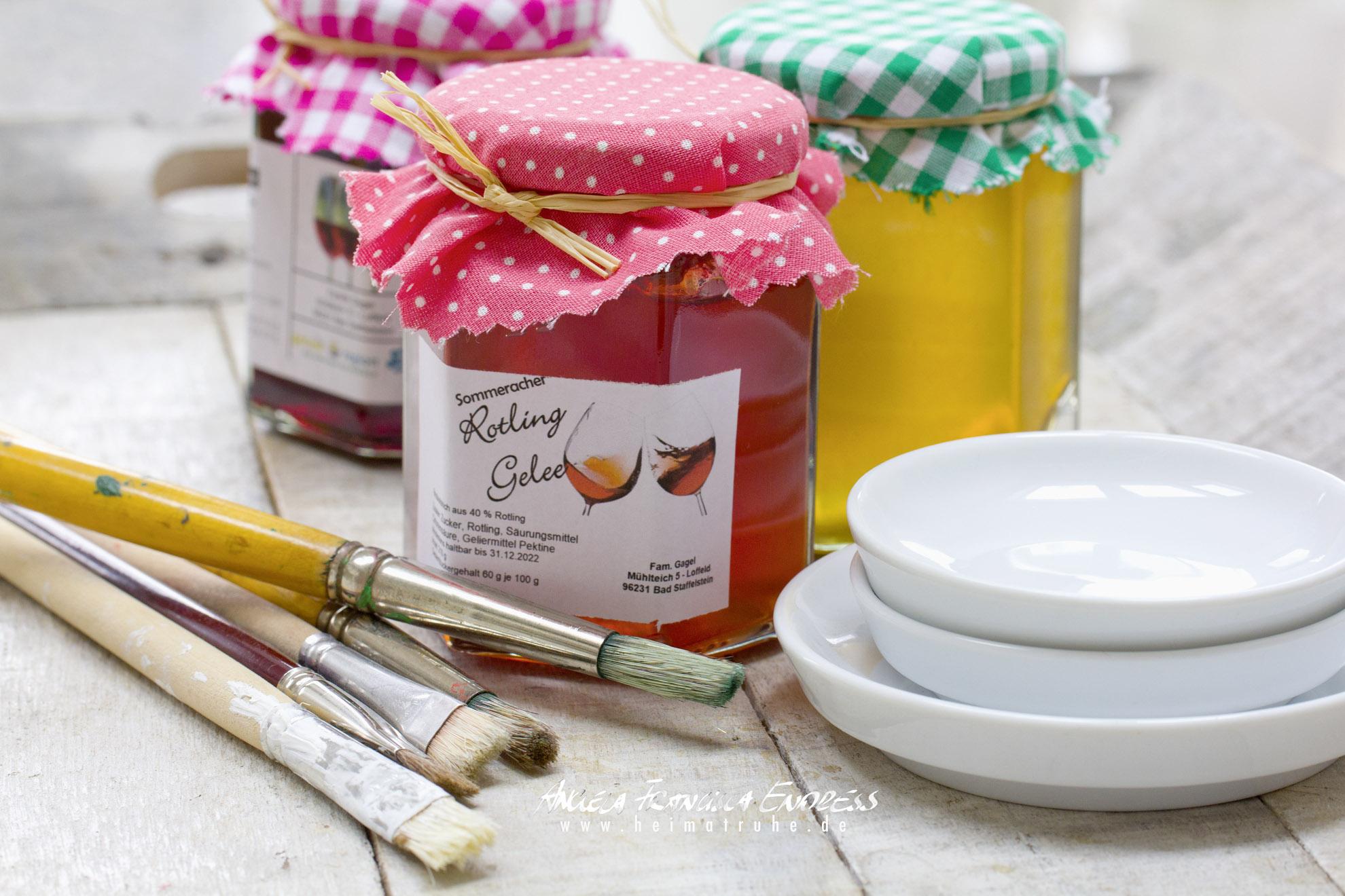 3 Marmeladen Gläser mit Wein Gelée und Pinseln