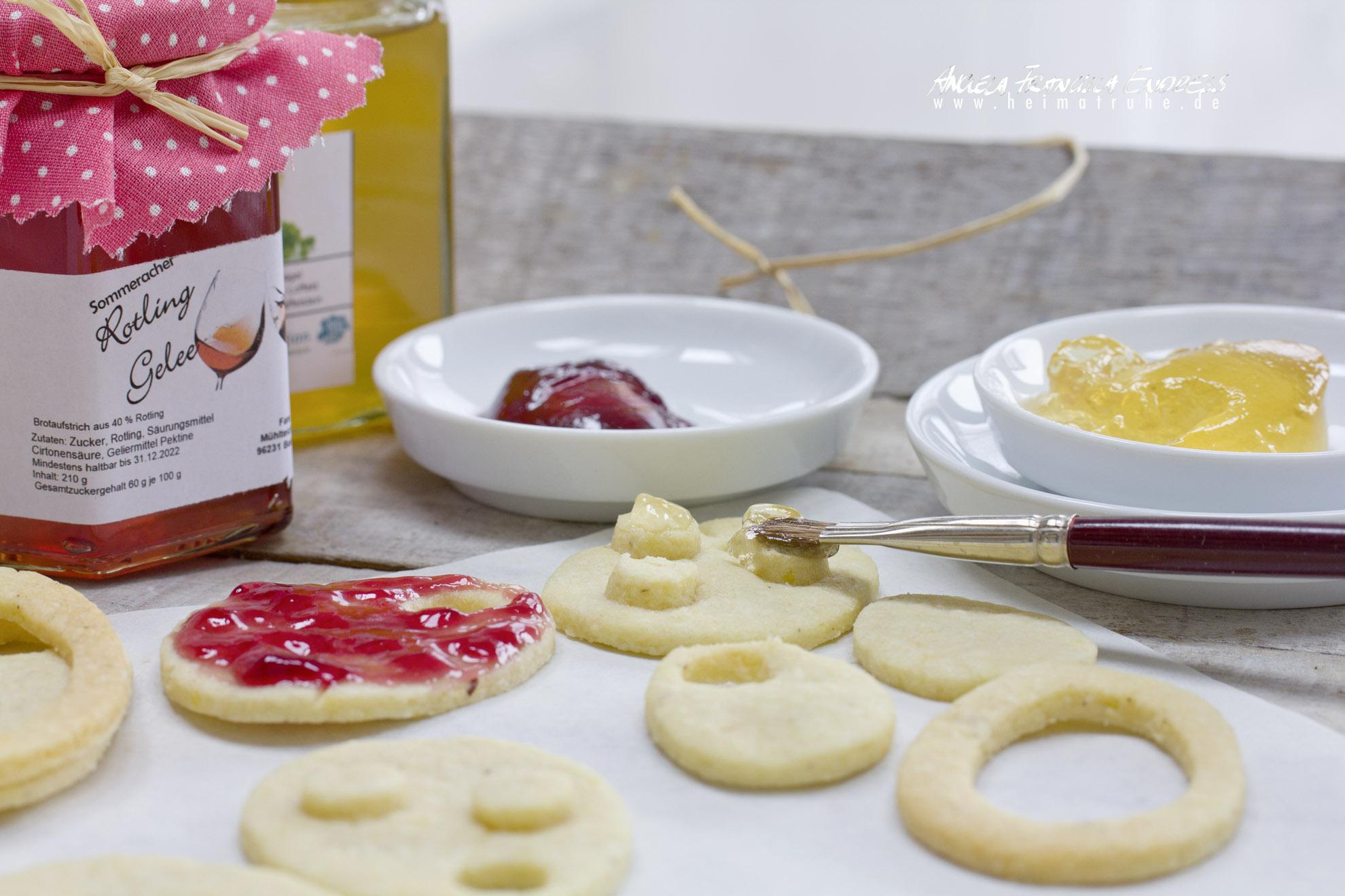 Gelée in kleinen Porzellanschälchen Pinsel malt Kekse an, Ostereier