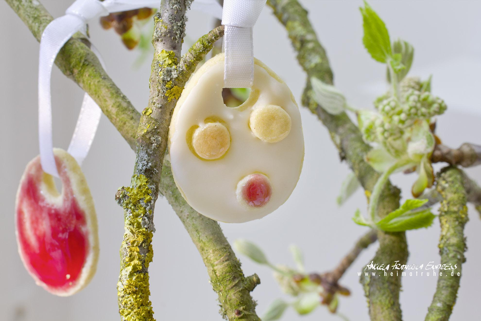 2 Ostereir Kekse hängen an Kastanienästen