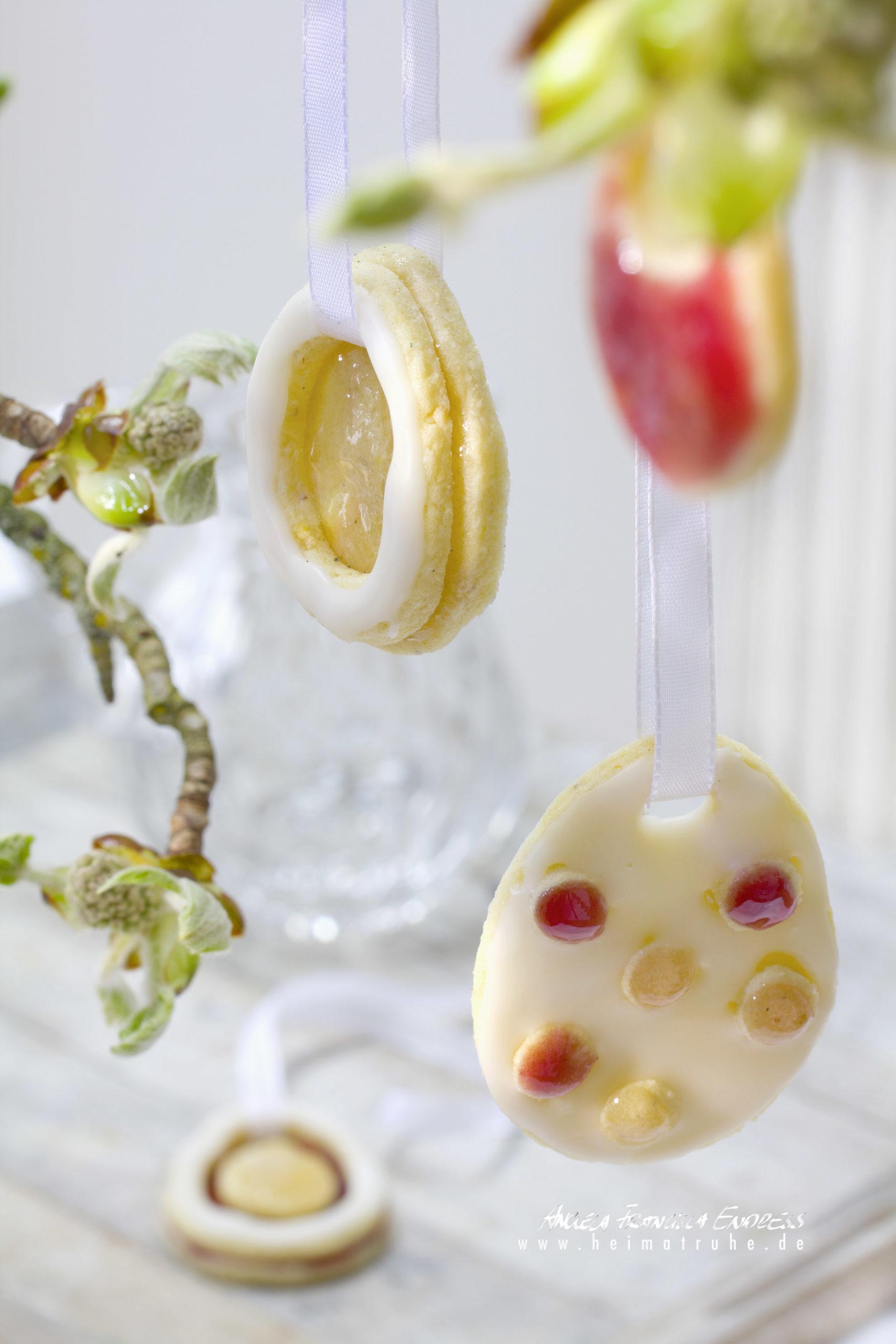 Eier mit Weingelee und Zuckerguss bemalt als Oster deko an Rosskastanienästchen gehängt,