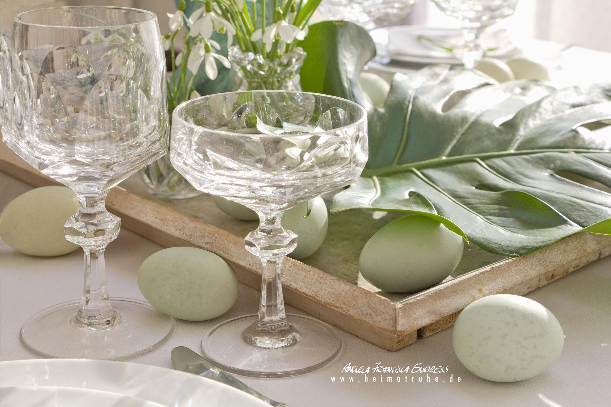 Gedeckter Tisch mit Schneeglöckchen, Philodendron und Grünen Eiern von Araucana Hühner