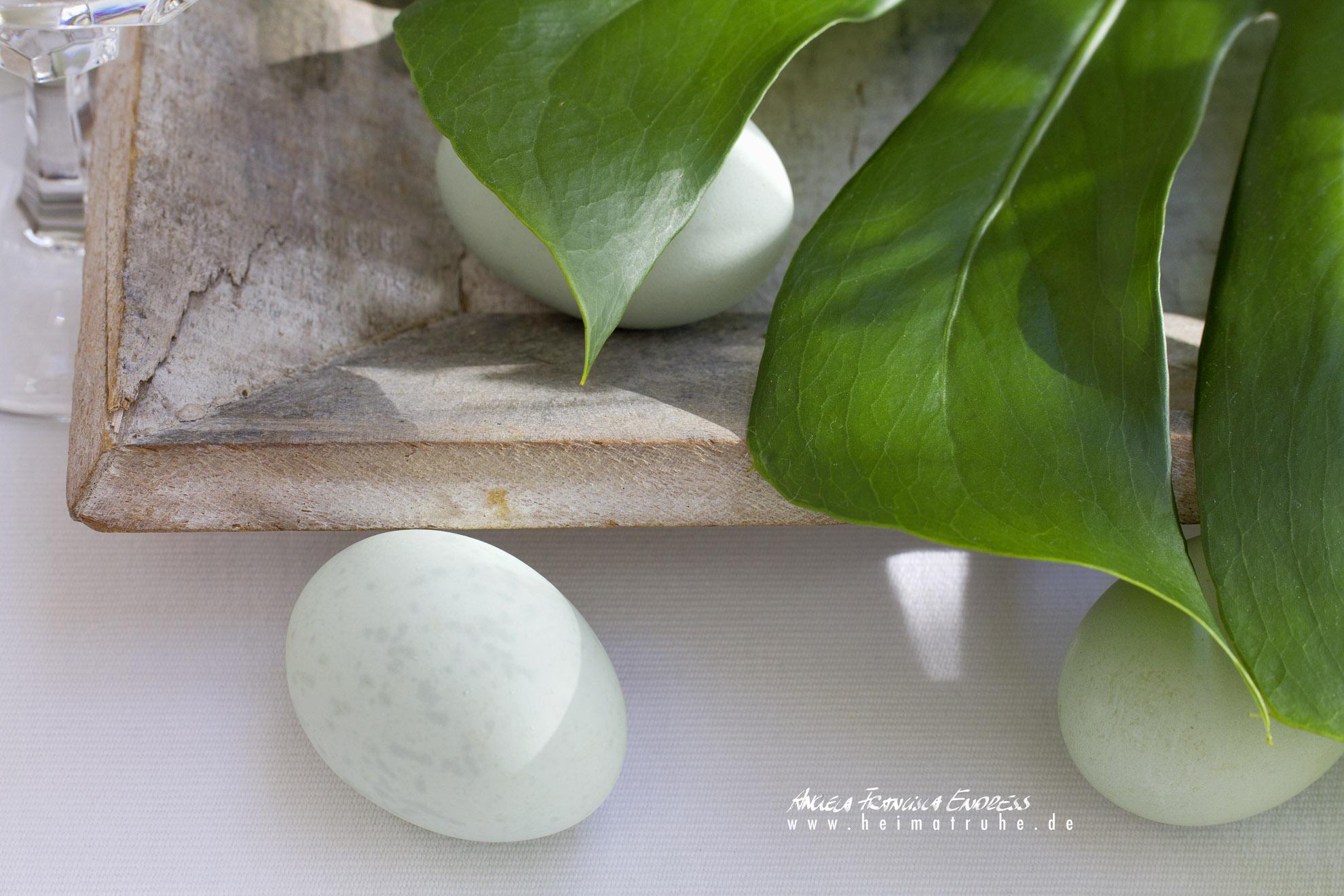 Philodendron Blatt als Ostereier Versteck und Grüne Eier