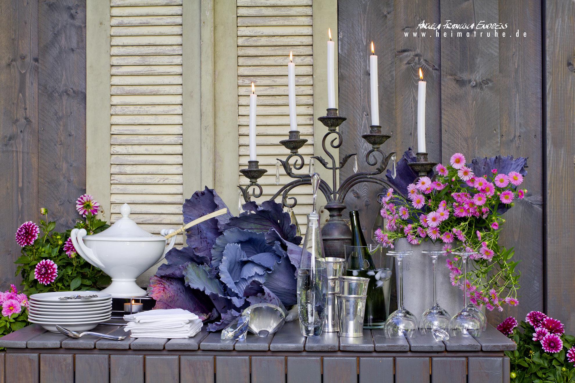 Büffet mit Kohlkopf-Deko, Kerzenleuchter, Suppenterrine, Servietten, Gläsern