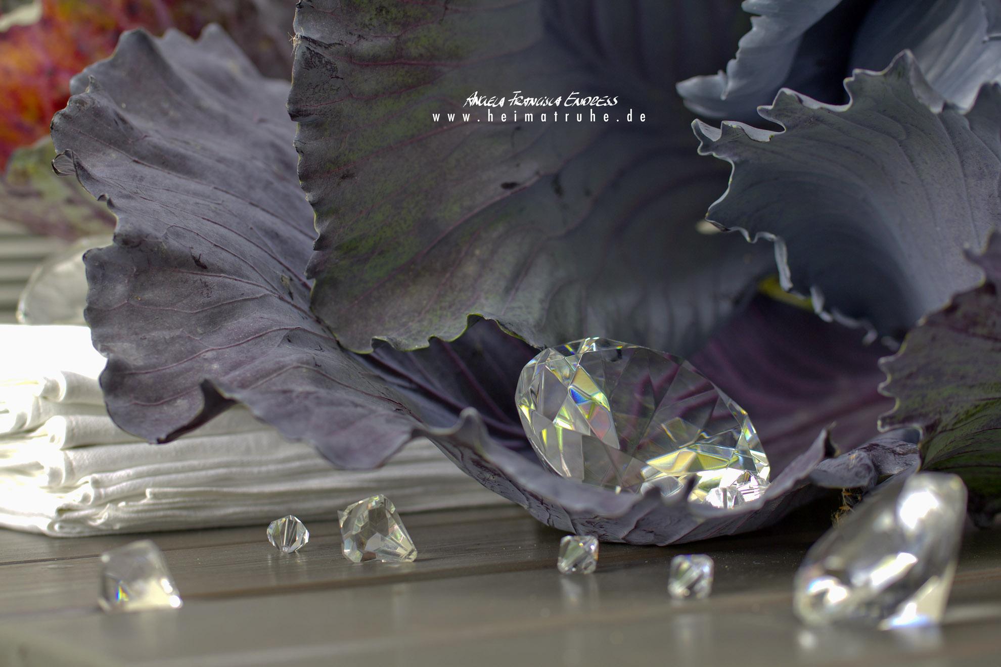 Kohlblatt als Deko mit Glasklunkern