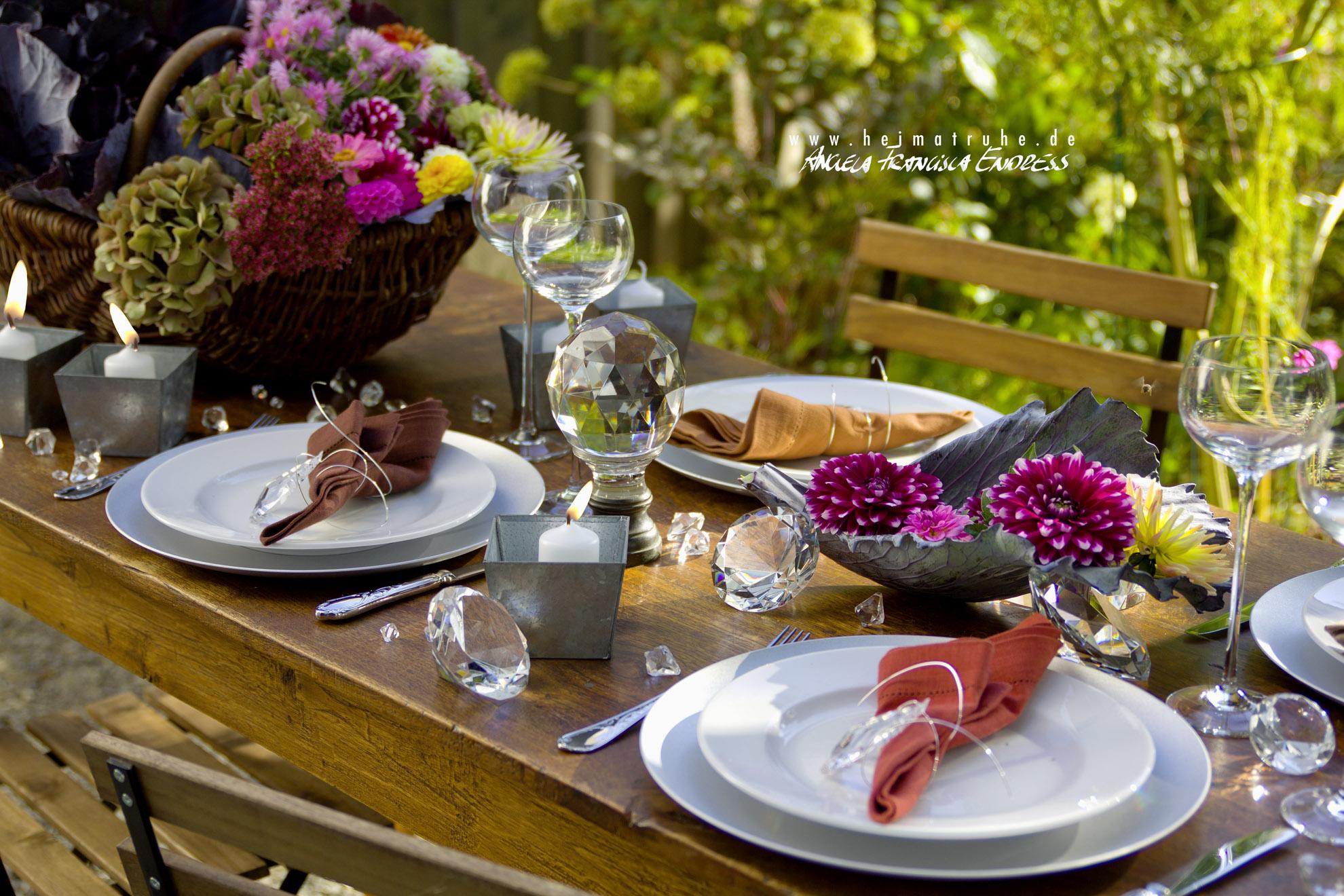 herbstlich gedeckter Tisch im Garten