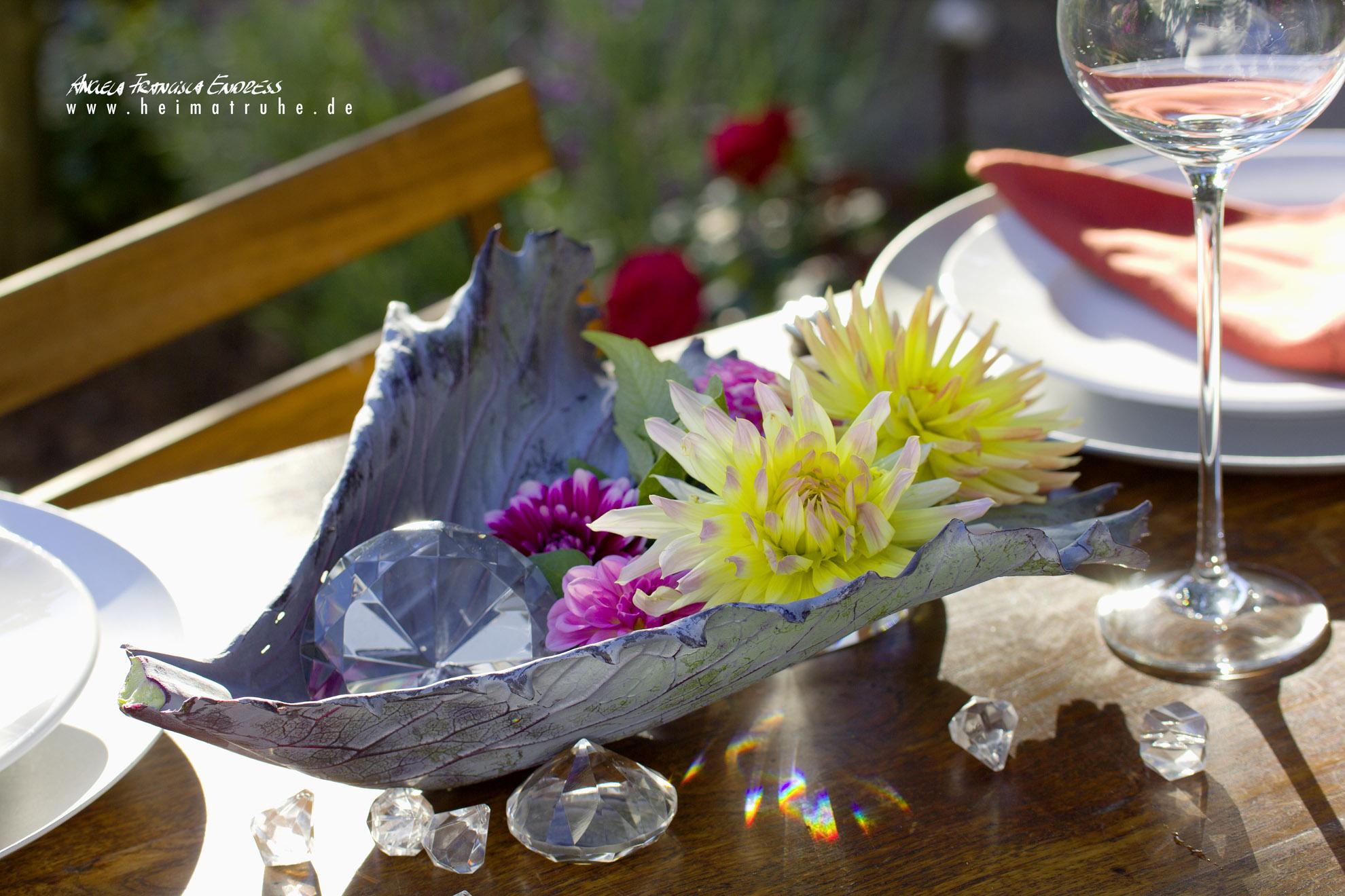 Kohlblatt als Blumenschale mit Dahlien und Glasklunkern Deko