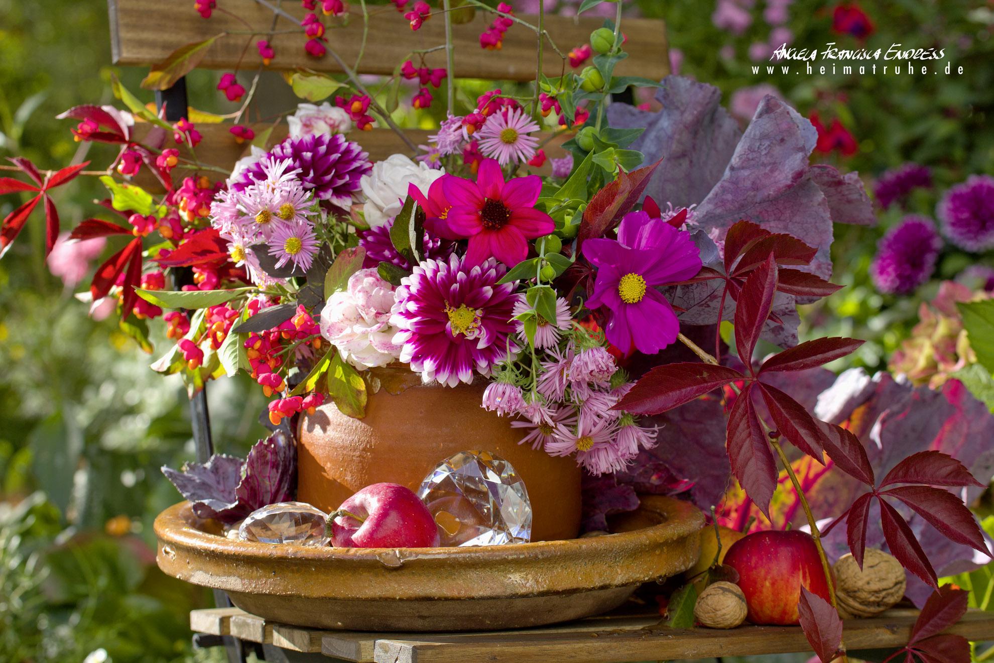 Herbststrauss mit Dahlien Pfaffenhütchen, Kohlblättern, Riesenklunkern, Glasprismen, Astern, Jungfernrebe