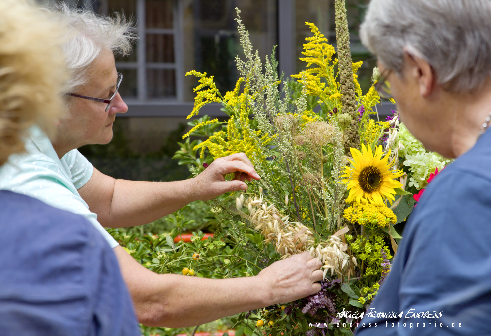Frauen arrangieren Kräuterbuschen