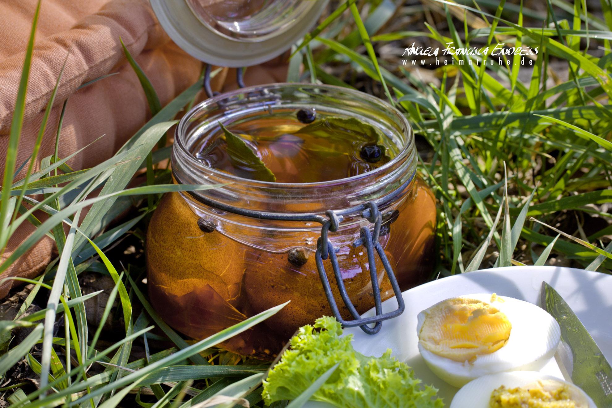 Soleier im Glas steht im Gras für Picknick, aufgeschnittene Eier auf Teller