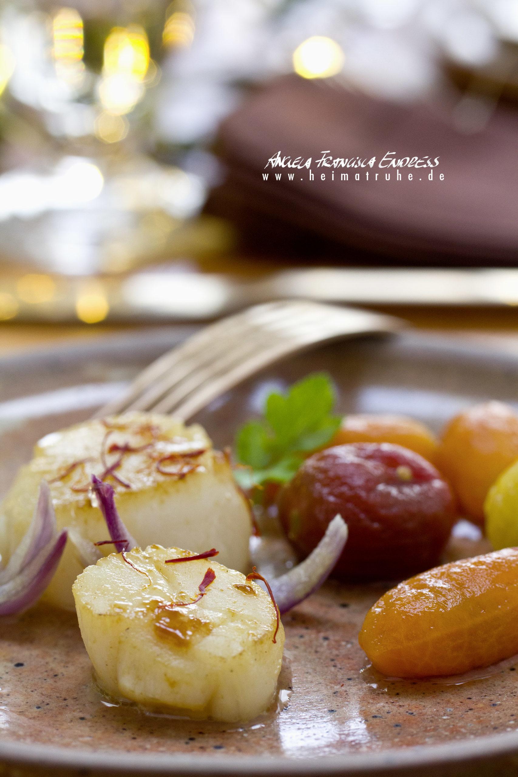 Jakobsmuscheln mit Tomaten Pickles Süss-Sauer und konfierten roten Zwiebeln