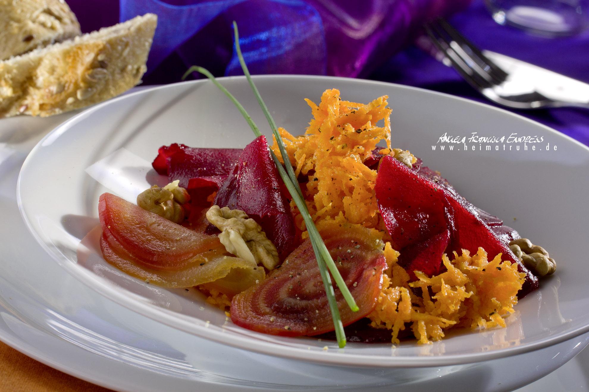 Möhren-Salat mit Rote Beete im Teller t Baguette Schewiben