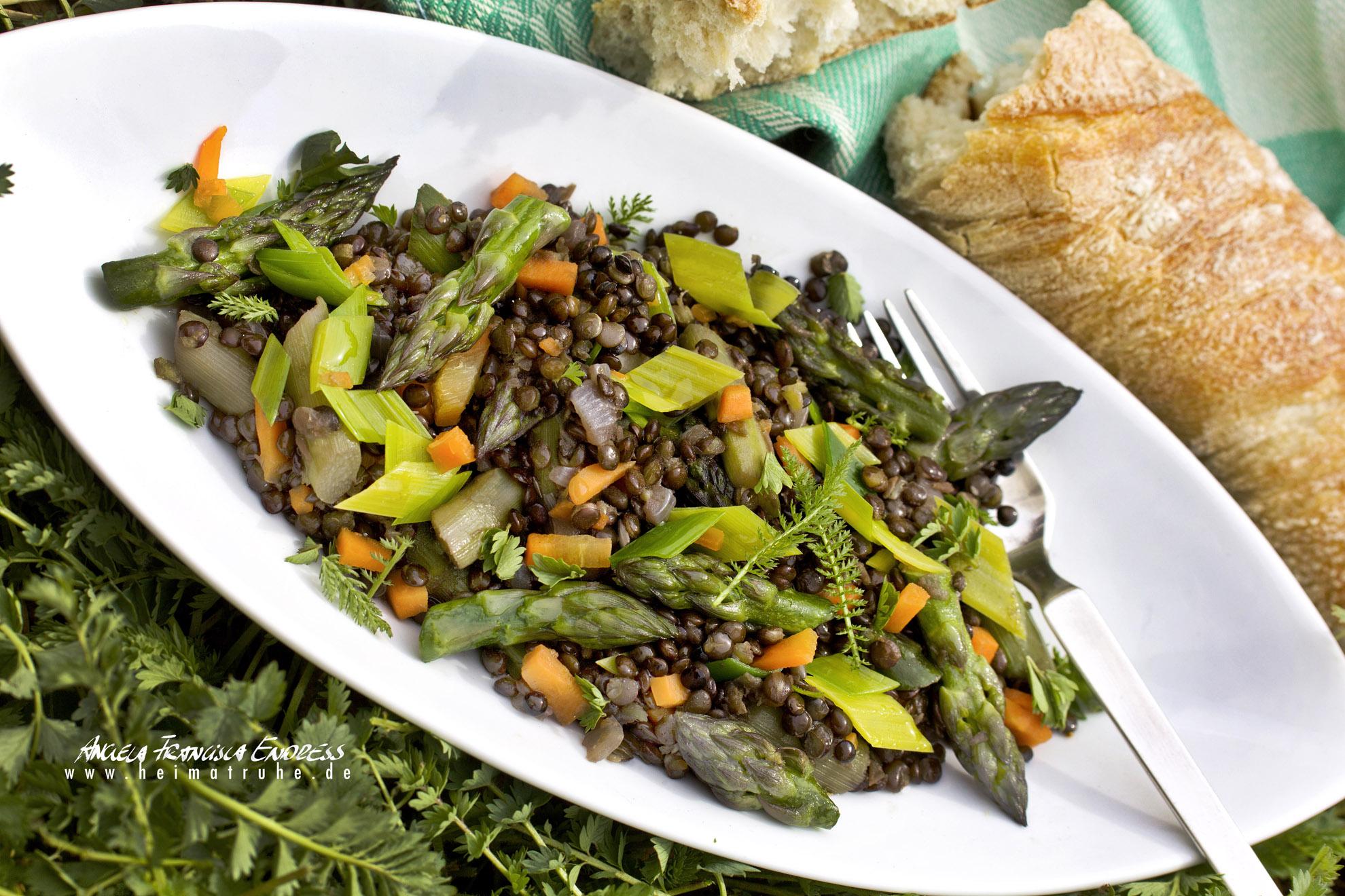 Porzellanschale mit Spargel-Linsen-Gemüse in Pimpinelle