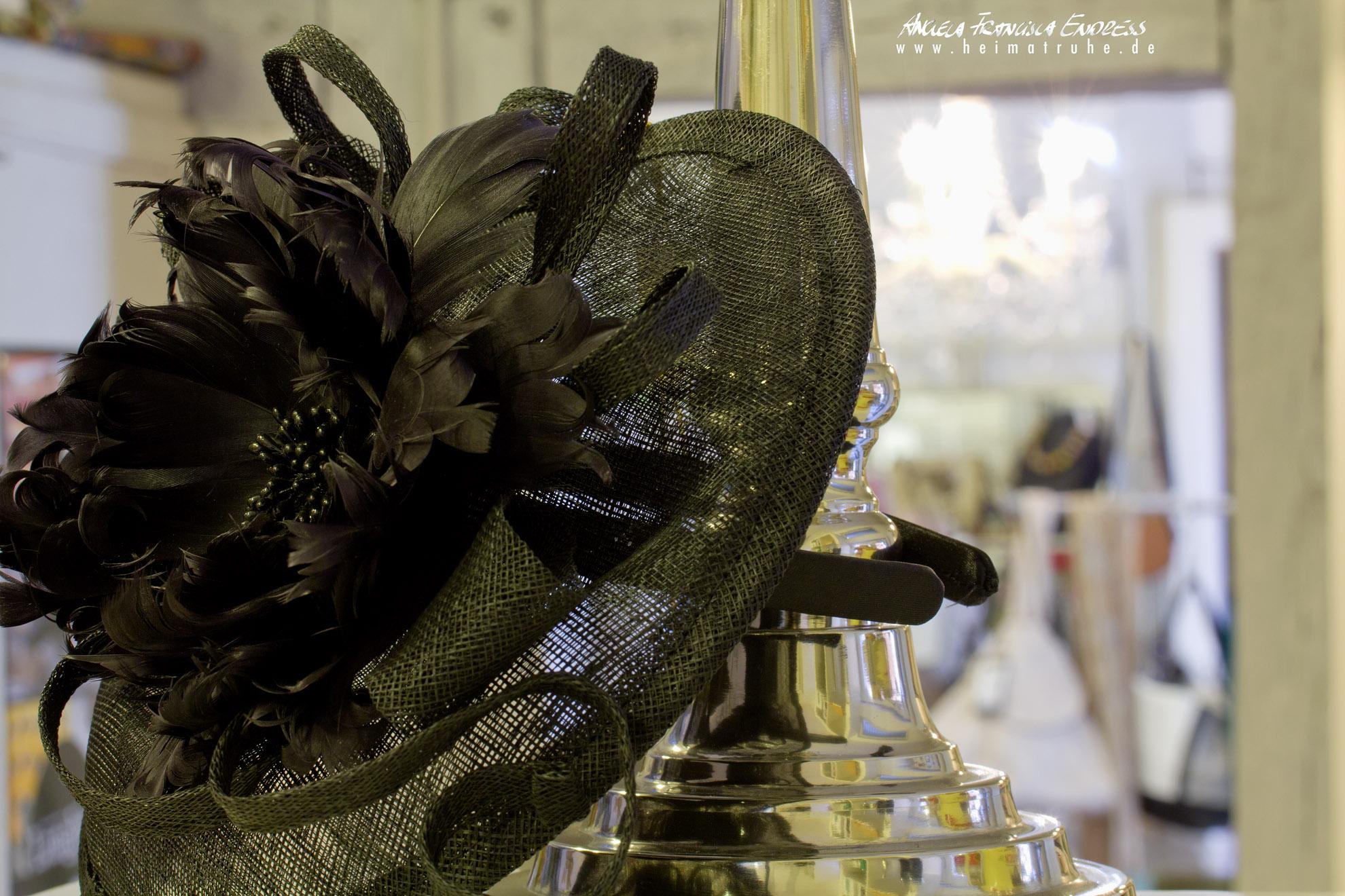Schwarzer Hut im Laden