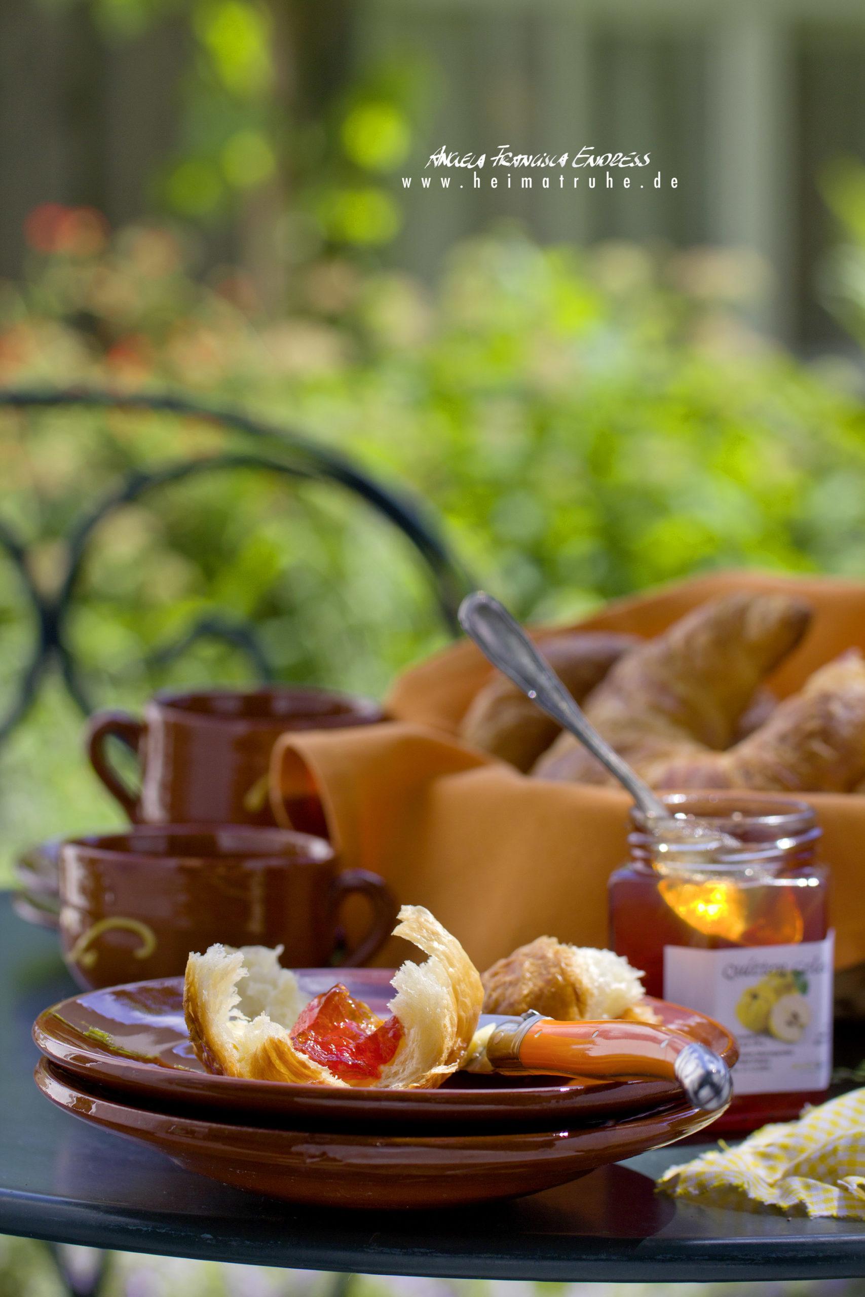 Croissant mit Marmelade im Garten, französischer Tisch und Stuhl