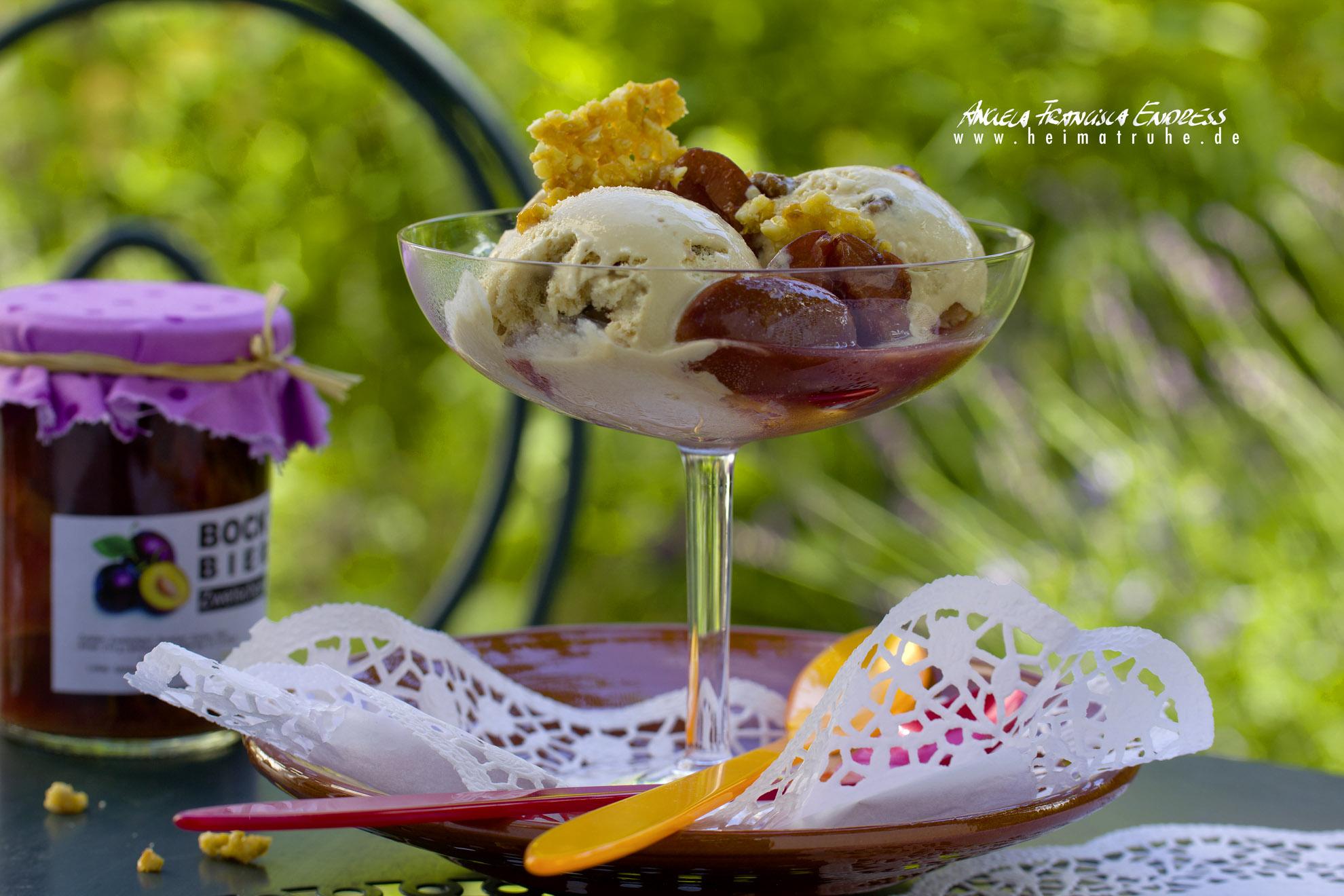 Glas mit Eiscreme Bällchen und Bockbier Zwetschgen im Garten