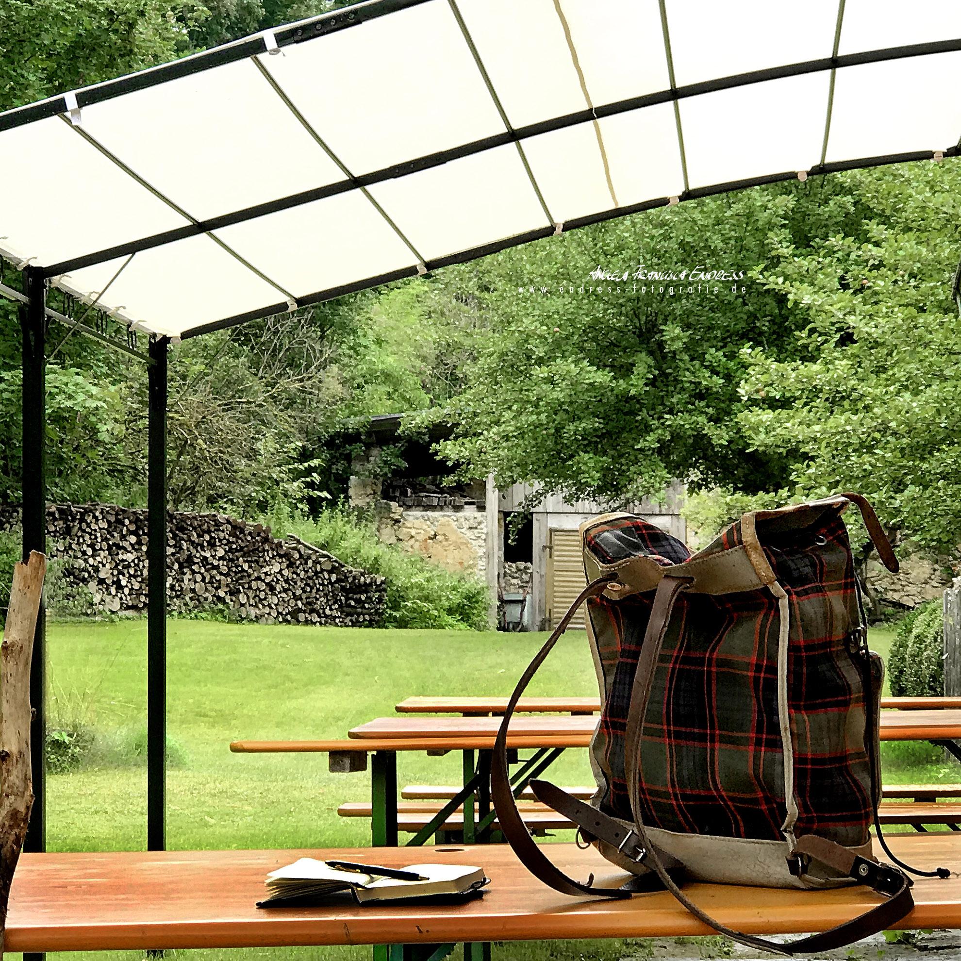 mein Rucksack auf den Bierbänken am Forsthaus Schweigelberg